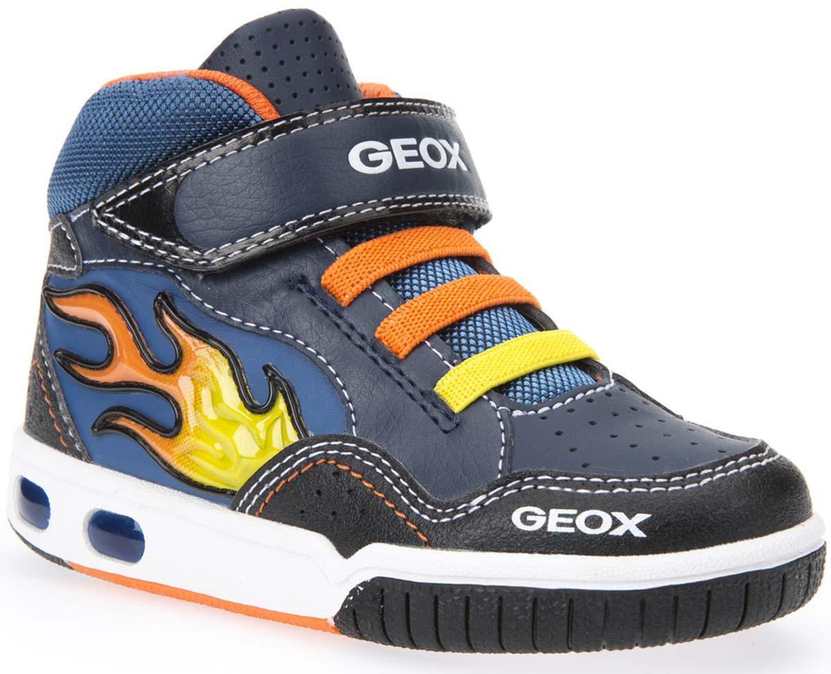 Кроссовки для мальчика Geox, цвет: темно-синий, оранжевый. J6447A05411C0659. Размер 32J6447A05411C0659Стильные кроссовки от Geox заинтересуют вашего ребенка с первого взгляда. Модель, выполненная из искусственной кожи, дополнена контрастной прострочкой, перфорацией и принтом в виде язычка пламени. Ремешок оформлен логотипом бренда. Ремешок на застежке-липучке и эластичные шнурки, гарантируют надежную фиксацию модели на ноге. Стелька из натуральной кожи обеспечивает комфорт и предотвращает натирание. Рифление на подошве гарантирует отличное сцепление с любой поверхностью. Удобные кроссовки займут достойное место в гардеробе вашего ребенка.