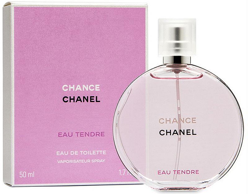 Chanel Chance Eau Tendre Туалетная вода, 50 мл942852Туалетная вода Chance Eau Tendre — это роскошная фруктово-цветочная композиция, наполненная безграничной нежностью, сдержанностью и деликатностью. Созданная легендарным парфюмером Жаком Польжем в 2010 году, она является еще одной интерпретацией классического аромата Chance от Chanel. В отличие от своего предшественника, она идеально подходит для повседневного использования в летний период, когда ее утонченный запах наиболее гармонично вписывается в превосходную картину расцветающей природы. Весь смысл туалетной воды Chance Eau Tendre передан в рекламной кампании этого аромата. Обнаженная красавица-модель Сигрид Агрен, тело которой украшено благоухающими весенними цветами, с любовью обнимает огромный флакон. Этот невероятно красивый жест, выраженный в сдержанной форме, показывает, что с помощью одного лишь аромата женщины могут создать удивительно утонченный образ, великолепие и изысканность которого наилучшим образом подчеркнут ноты жасмина, ириса и гиацинта, заключенные в Chance Eau Tendre. Аромат туалетной воды Chance Eau Tendre является лучшим спутником молодых девушек, всегда использующих свою загадочную силу обольщения. Этот мягкий, наполненный спокойным очарованием запах, отлично дополнит их естественное обаяние деликатным шармом, который лишь усилит привлекательность и соблазнительность столь кокетливых особ.Краткий гид по парфюмерии: виды, ноты, ароматы, советы по выбору. Статья OZON Гид