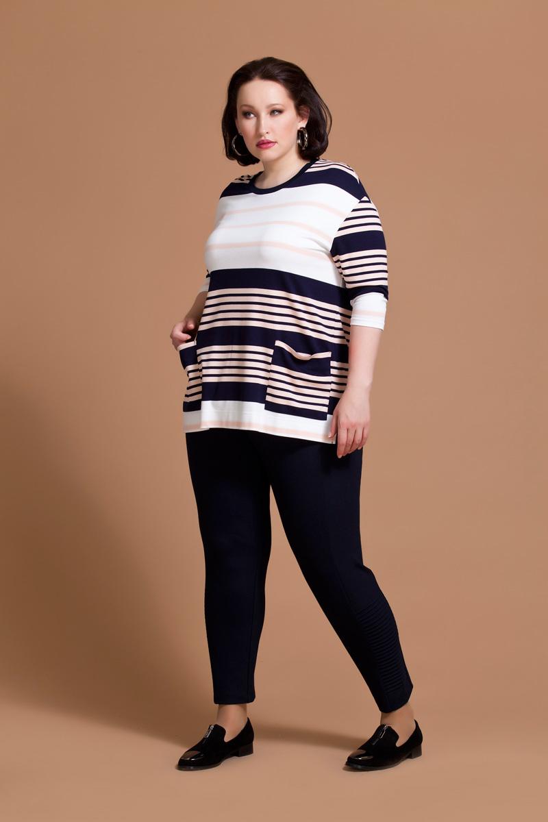 Блузка женская Averi, цвет: белый, розовый, синий. 1174. Размер 54 (58)1174Оригинальная блузка Averi прямого силуэта выполнена из комфортного трикотажного полотна. Модель дополнена принтом из черно-белых и розовых полосок, их сочетание делает блузку стильной и оригинальной. Блузка имеет удобный обтягивающий рукав 3/4 и круглый вырез горловины. Заниженная линия плеча и небольшие разрезы в боковых швах дарят комфорт и свободу движения. Накладные карманы на полочке служат хорошо заметным акцентом благодаря иному рисунку полос. Горловина обработана черной притачной планкой.