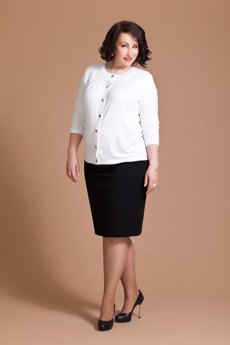 Блузка женская Averi, цвет: белый. 1196. Размер 56 (60)1196Нарядная блузка Averi выполнена из мягкого уютного вискозного трикотажа. Модель имеет рукава длиной 3/4, круглый вырез горловины и застежку на пуговицы. Кокетки полочки и спинки, а также верхняя часть рукава продублированы изящным кружевом.