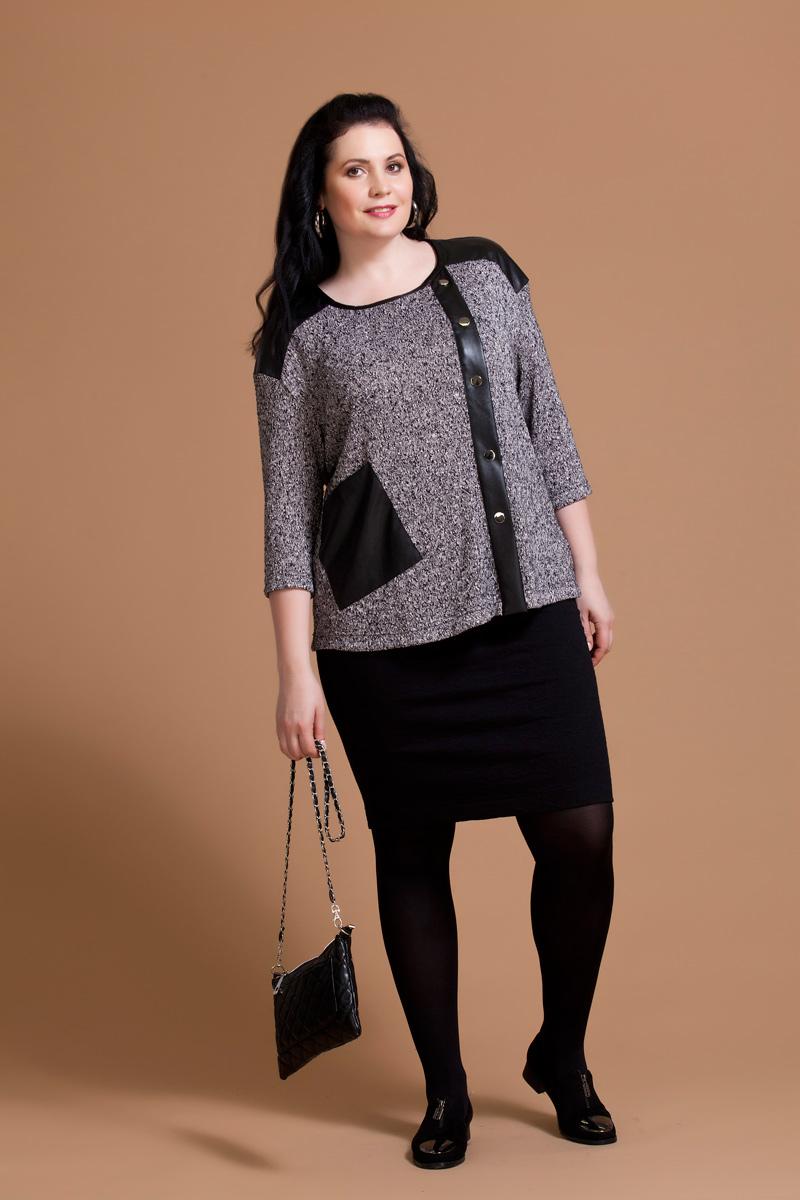 Блузка женская Averi, цвет: серый, черный. 1161. Размер 52 (56)1161Авангардная блузка Averi выполнена из фактурного буклированного трикотажа с броскими деталями из искусственной кожи. Блуза прямого кроя имеет заниженную линию плеча, рукав длиной 3/4 и круглый вырез горловины. Полочка изделия имеет смещенную относительно центра функциональную застежку на кнопки. Сбоку расположен ассиметричный накладной карман.