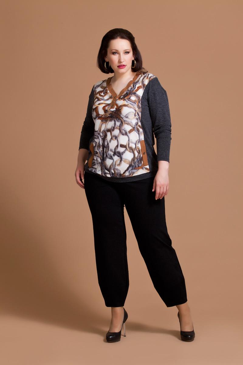 Блузка женская Averi, цвет: темно-серый, коричневый, бежевый. 1169. Размер 50 (54)1169Уютная блузка Averi выполнена из мягкого трикотажного полотна двух видов. V-образный вырез горловины и карманы оформлены замшевой планкой. Модель имеет длину до линии бедер. Линия плеча модели занижена, а длинный втачной рукав заужен к низу. Контрастные отрезные бочки на полочке и спинке изделия визуально стройнят фигуру. Блузка дополнена оригинальным принтом.
