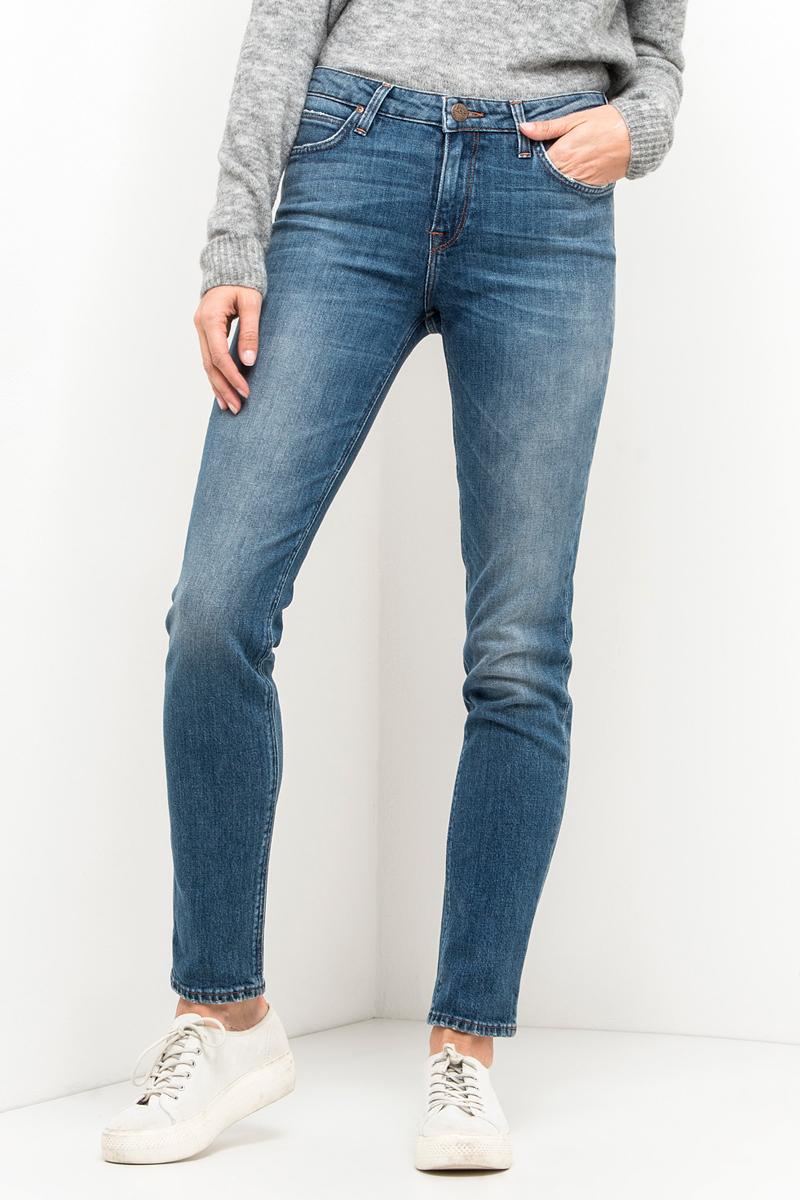 Джинсы женские Lee, цвет: синий. L305APNP. Размер 28-33 (44-33)L305APNPЖенские джинсы Lee выполнены из высококачественного эластичного хлопка. Прямые джинсы классической посадки застегиваются на пуговицу в поясе и ширинку на застежке-молнии, имеются шлевки для ремня. Джинсы имеют классический пятикарманный крой: спереди модель дополнена двумя втачными карманами и одним маленьким накладным кармашком, а сзади - двумя накладными карманами.