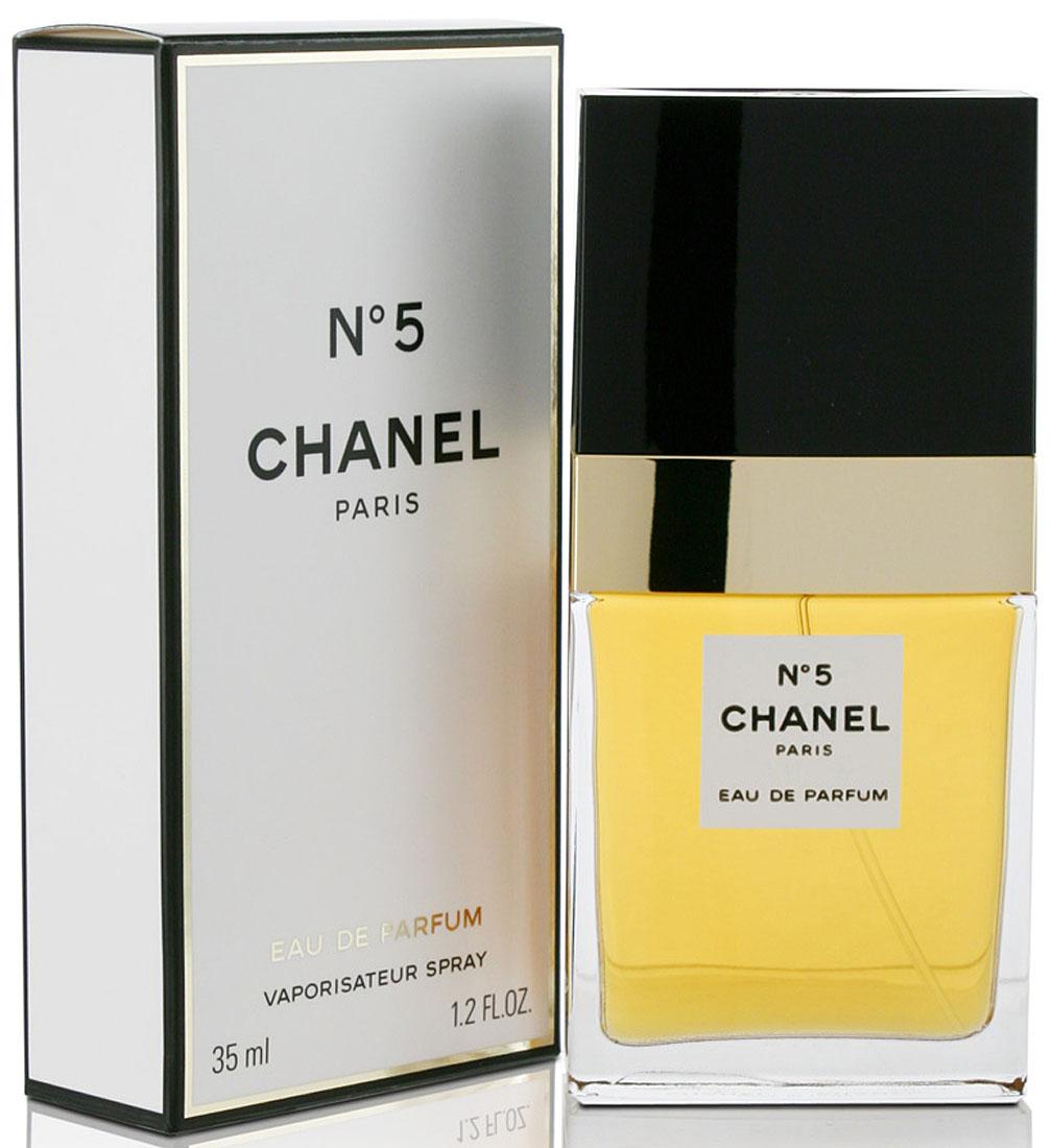 Chanel №5 Парфюмерная вода, 35 мл01949Парфюмерная вода Chanel N°5 обладает более легкой по сравнению с одноименными духами композицией, в состав которой, по различным сведениям, входит от 30 до 200 различных ингредиентов. Свое звучание Шанель N°5 открывает абстрактным сочетанием цитрусово-цветочных нот. Лимон, бергамот, нероли и иланг-иланг, лежащие на кристально чистой подложке из альдегидов, наделяют запах хрупкостью, свежестью и невероятной элегантностью. В сердце парфюмерной воды доминирующие позиции переходят к ландышу, ирису, жасмину, розе и корню ириса. Этот чувственный букет, в котором особенно явно слышится обольстительная пудровость, расстилается по коже своей обладательницы женственной дымкой, в которой хотят забыться многие мужчины. Постепенно растворяясь, душистая симфония перерождается в базовый аккорд, составленный классическими нотами. Амбра, циветта, мускус, ваниль, ветивер, дубовый мох и сандал, смешанные с яркими, необыкновенно притягательными тонами пачули, приносят в парфюмерную воду Chanel N°5 изысканную томность, которой обладают все ароматы бренда.Краткий гид по парфюмерии: виды, ноты, ароматы, советы по выбору. Статья OZON Гид
