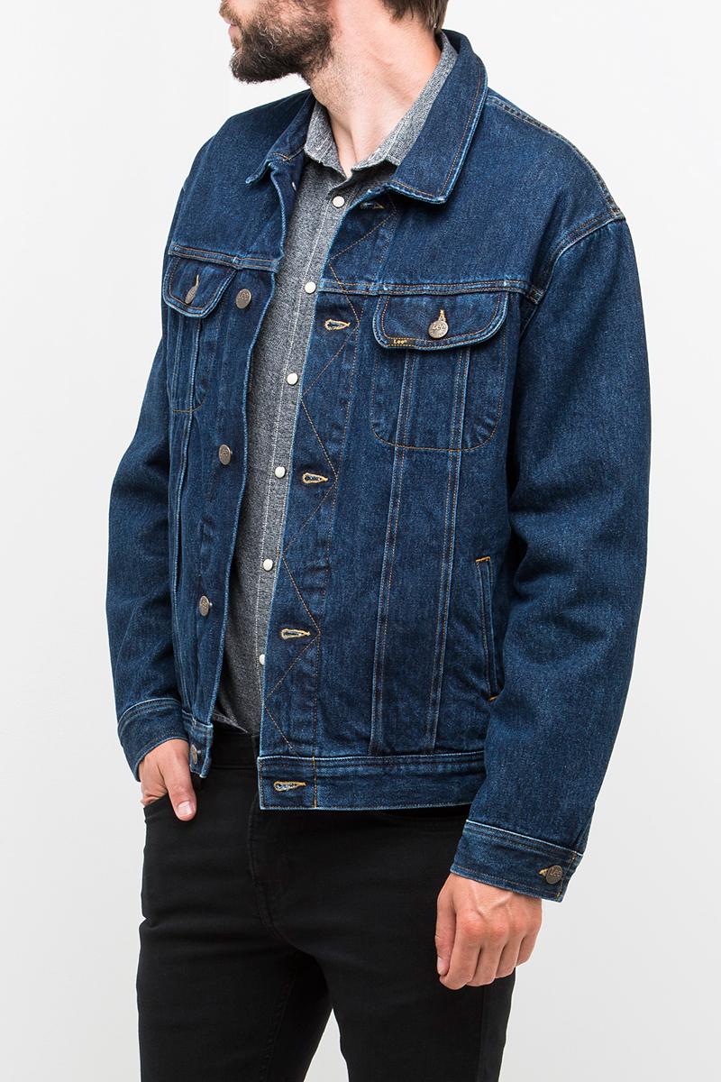 Куртка мужская Lee, цвет: синий. L88Z44ZT. Размер S (46)L88Z44ZTМужская джинсовая куртка Lee выполнена из хлопка с добавлением эластана. Модель с отложным воротником и длинными рукавами застегивается на металлические пуговицы. Спереди куртка дополнена двумя прорезными карманами и двумя накладными карманами с клапанами на пуговицах. Рукава оформлены манжетами, застегивающимися на пуговицы. Ширина низа регулируется с помощью пуговиц по бокам куртки.