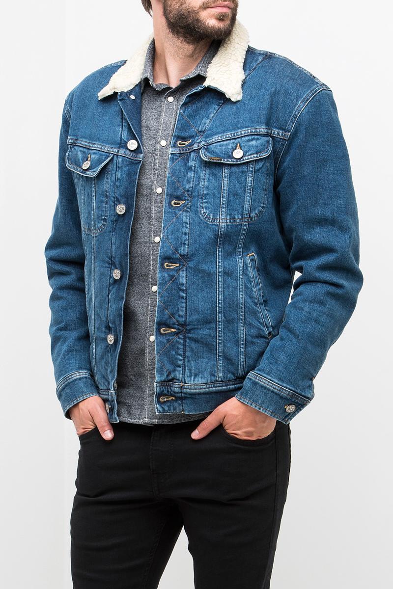 Куртка мужская Lee, цвет: синий. L89SAPKW. Размер XL (52)L89SAPKWМужская джинсовая куртка Lee выполнена из хлопка с добавлением эластана. Модель с отложным воротником и длинными рукавами застегивается на металлические пуговицы. Подкладка и воротник выполнены из полиэстера, имитирующего овчину. Спереди куртка дополнена двумя прорезными карманами и двумя накладными карманами с клапанами на пуговицах. Рукава оформлены манжетами, застегивающимися на пуговицы. Ширина низа регулируется с помощью кнопок по бокам куртки.