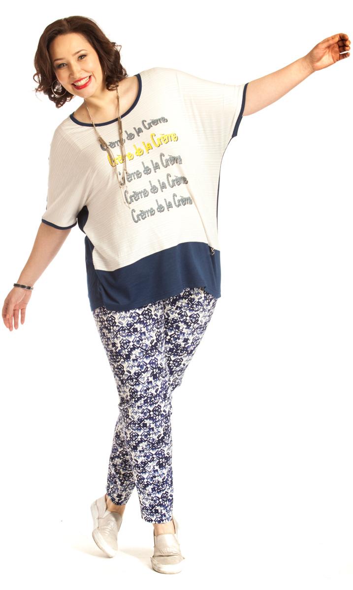 Брюки женские Averi, цвет: синий. 1219. Размер 64 (68)1219Классические зауженные брюки Averi выполнены из хлопка с добавлением эластана. Спереди брюки имеют декоративные подрезы, имитирующие боковые карманы. Подрезная кокетка сзади и эластичная тесьма-резинка в поясе брюк обеспечивают идеальную посадку в области талии. Сзади расположены накладные карманы. Брюки выполнены из облегченного хлопка-стрейч с неброским геометрическим принтом. Такие брюки - идеальное дополнение к однотонному верху.