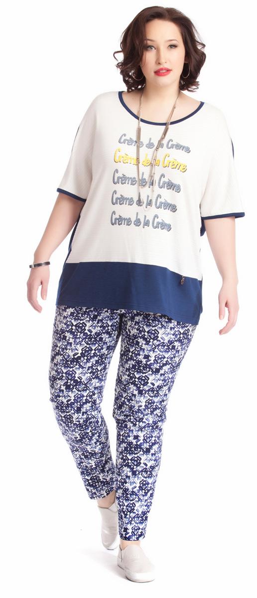 Брюки женские Averi, цвет: синий. 1219. Размер 56 (60)1219Классические зауженные брюки Averi выполнены из хлопка с добавлением эластана. Спереди брюки имеют декоративные подрезы, имитирующие боковые карманы. Подрезная кокетка сзади и эластичная тесьма-резинка в поясе брюк обеспечивают идеальную посадку в области талии. Сзади расположены накладные карманы. Брюки выполнены из облегченного хлопка-стрейч с неброским геометрическим принтом. Такие брюки - идеальное дополнение к однотонному верху.