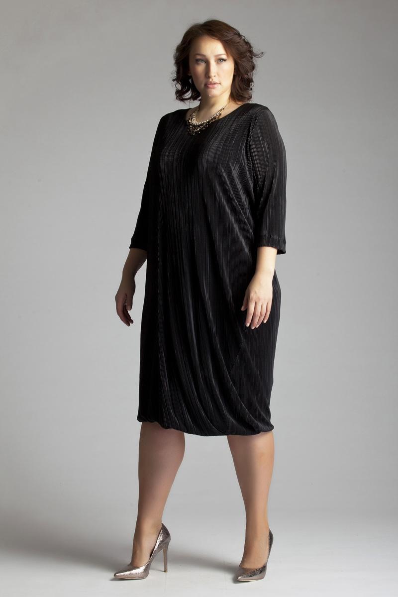 Платье Averi, цвет: черный. 1228. Размер 52 (56)1228Нарядное коктейльное платье креативного кроя Averi выполнено из полиэстера и вискозы с добавлением эластана. Модель имеет длину чуть ниже колена и ассиметричную драпировку, которая начинает свое движение от линии груди и переходит к низу изделия. Модель на подкладке, с втачным рукавом ниже локтя и круглым вырезом горловины. Фактурное полотно выигрышно обыгрывает крой платья актуального в этом сезоне стиля oversize.