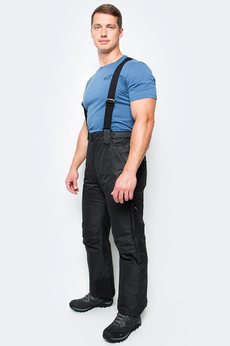 Брюки утепленные муж Trespass Bezzy, цвет: черный. MABTSKF20001. Размер XS (46)MABTSKF20001Мужские утепленные брюки для сноуборда Trespass Bezzy выполнены из плотного влагонепроницаемого армированного полиэстера с наполнителем из синтепона. Брюки застегиваются на ширинку на застежке-молнии и две пуговицы в поясе. Модель имеет широкую резинку на поясе сзади, объем талии регулируется при помощи двух хлястиков с липучками по бокам. Брюки дополнены двумя втачными карманами на застежках-молниях спереди и двумя втачными карманами на застежках-молниях сзади. Брючины оснащены вентиляционными отверстиями на застежках-молниях, дополненными сетчатыми вставками, а также внутренними противоснежными манжетами по низу. Обхват низа брючин регулируется при помощи клапана на липучке и застежки-молнии. В комплект входят съемные подтяжки, регулируемые по длине.