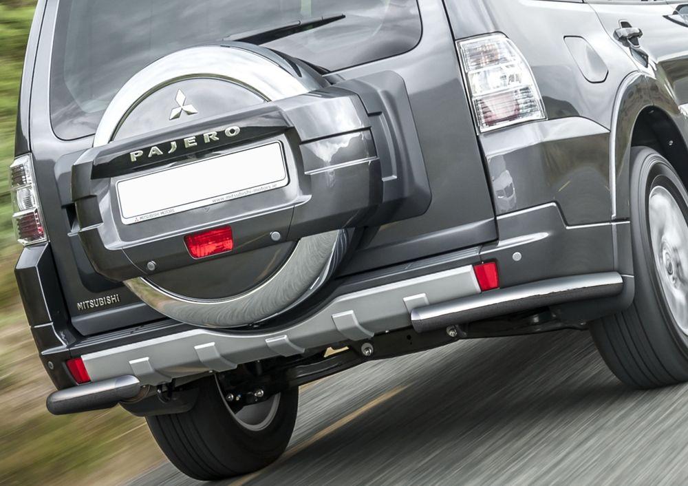 Защита заднего бампера Rival, для Mitsubishi Pajero IV 2011-2014-, d76 уголки+комплект крепежа, 2 штR.4002.019Стильное навесное оборудование Rival дополняет внешний вид автомобиля, придавая ему индивидуальность, позволяет защитить кузов и лакокрасочное покрытие от повреждений при столкновении во время парковки или во время движения в плотном потоке автомобилей.- Использование высококачественной нержавеющей стали(марка AISI 304, толщина стенки 1,5 мм) обеспечивает долговечную эксплуатацию. - Гарантия на сквозную коррозию и на целостность сварных швов - 5 лет.- Использование электроплазменной полировки позволяет добиться качественной равномерной зеркальной поверхности.- Установка в штатные места крепления не требует сверления и дополнительной доработки автомобиля.- Сохранение дорожного просвета (клиренса).- Возможность регулировки навесного оборудования при установке на автомобиле.- Продукт сертифицирован – нет проблем с постановкой на учет.- Производство на высокоточном оборудовании позволяет изготовить индивидуальный продукт с высокой точностью повторения геометрии автомобиля.- В комплекте крепеж и инструкция по установке.Совместимость с дополнительным оборудованием и аксессуарами Rival и с большинством оригинальных аксессуаров.