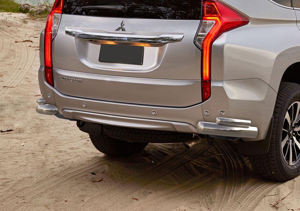 Защита заднего бампера Rival, для Mitsubishi Pajero Sport 2016-, d76+d42 уголки+комплект крепежа, 2 штR.4012.007Стильное навесное оборудование Rival дополняет внешний вид автомобиля, придавая ему индивидуальность, позволяет защитить кузов и лакокрасочное покрытие от повреждений при столкновении во время парковки или во время движения в плотном потоке автомобилей.- Использование высококачественной нержавеющей стали(марка AISI 304, толщина стенки 1,5 мм) обеспечивает долговечную эксплуатацию. - Гарантия на сквозную коррозию и на целостность сварных швов - 5 лет.- Использование электроплазменной полировки позволяет добиться качественной равномерной зеркальной поверхности.- Установка в штатные места крепления не требует сверления и дополнительной доработки автомобиля.- Сохранение дорожного просвета (клиренса).- Возможность регулировки навесного оборудования при установке на автомобиле.- Продукт сертифицирован – нет проблем с постановкой на учет.- Производство на высокоточном оборудовании позволяет изготовить индивидуальный продукт с высокой точностью повторения геометрии автомобиля.- В комплекте крепеж и инструкция по установке.Совместимость с дополнительным оборудованием и аксессуарами Rival и с большинством оригинальных аксессуаров.