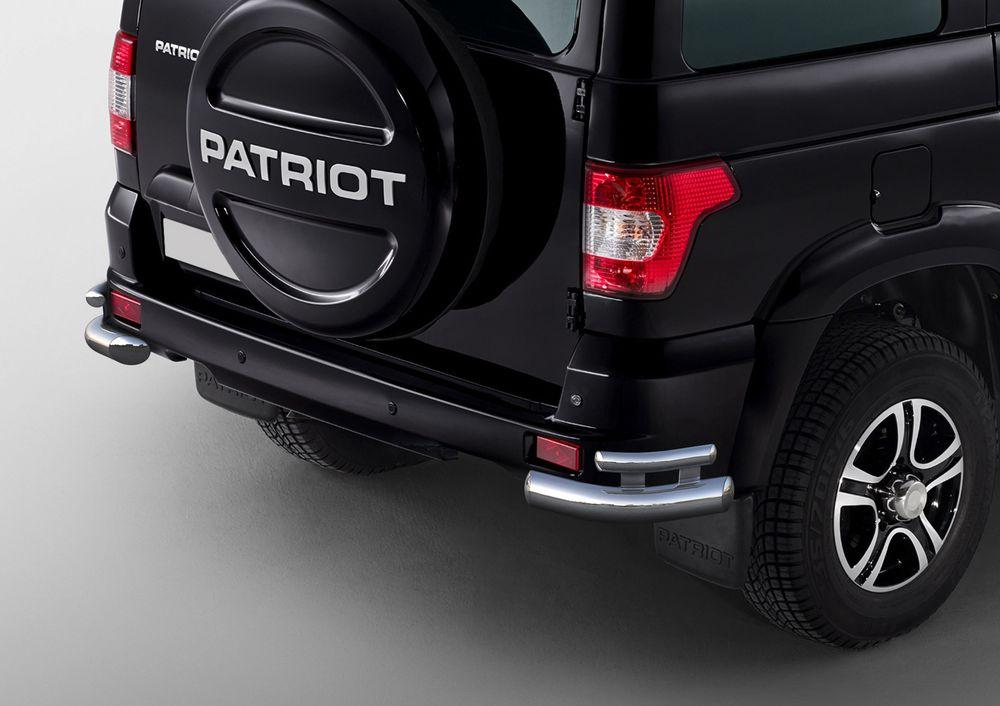 Защита заднего бампера Rival, для UAZ Patriot 2014-2016-, d76+d42 уголки+комплект крепежа, 2 штR.6302.010Стильное навесное оборудование Rival дополняет внешний вид автомобиля, придавая ему индивидуальность, позволяет защитить кузов и лакокрасочное покрытие от повреждений при столкновении во время парковки или во время движения в плотном потоке автомобилей.- Использование высококачественной нержавеющей стали(марка AISI 304, толщина стенки 1,5 мм) обеспечивает долговечную эксплуатацию. - Гарантия на сквозную коррозию и на целостность сварных швов - 5 лет.- Использование электроплазменной полировки позволяет добиться качественной равномерной зеркальной поверхности.- Установка в штатные места крепления не требует сверления и дополнительной доработки автомобиля.- Сохранение дорожного просвета (клиренса).- Возможность регулировки навесного оборудования при установке на автомобиле.- Продукт сертифицирован – нет проблем с постановкой на учет.- Производство на высокоточном оборудовании позволяет изготовить индивидуальный продукт с высокой точностью повторения геометрии автомобиля.- В комплекте крепеж и инструкция по установке.Совместимость с дополнительным оборудованием и аксессуарами Rival и с большинством оригинальных аксессуаров.