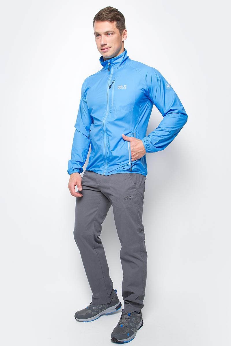 Ветровка мужская Jack Wolfskin Flyweight M, цвет: голубой. 1304911-1651. Размер L (48/50)1304911-1651Ветровка мужская Flyweight M изготовлена из 100% полиэстера. Ткань ультра легкая, дышащая, обеспечивает комфортную посадку, обладает защитой от ветра и дождя, а также регулирует температуру тела и обеспечивает сухость. Поэтому в этой куртке вам будет комфортно даже во время интенсивных тренировок. Модель застегивается на молнию, имеет воротник-стойку и длинные рукава реглан. Манжеты рукавов и низ куртки снабжены резинками. Спереди расположены два боковых и один нагрудный вшитый карман на молнии. Ветровка сворачивается и не занимает много места при переноске или хранении. Модель выполнена в однотонном дизайне и дополнена логотипом бренда.