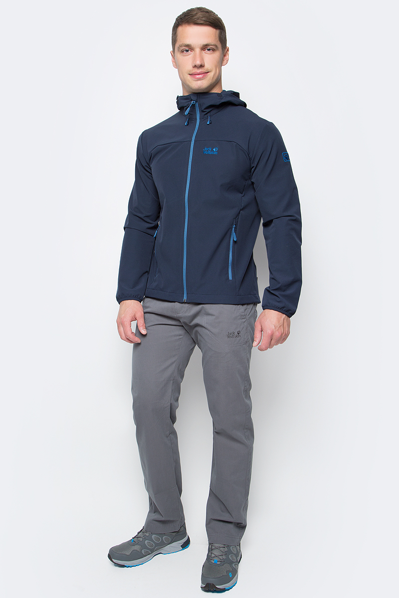 Куртка мужская Jack Wolfskin Turbulence Jkt M, цвет: темно-синий. 1303661-1033. Размер L (48/50)1303661-1033Куртка мужская Turbulence Jkt M изготовлена из полиэстера с добавлением эластана. Ткань обладает защитой от ветра и влаги. Кроме того, ткань эластичная, что обеспечивает свободу движений, и дышащая, чтобы вы чувствовали комфорт весь маршрут. Модель застегивается на молнию, имеет длинные стандартные рукава и капюшон с регулировкой объема. По бокам расположены карманы на молнии. Такая куртка идеальна для спорта, походов и путешествий.