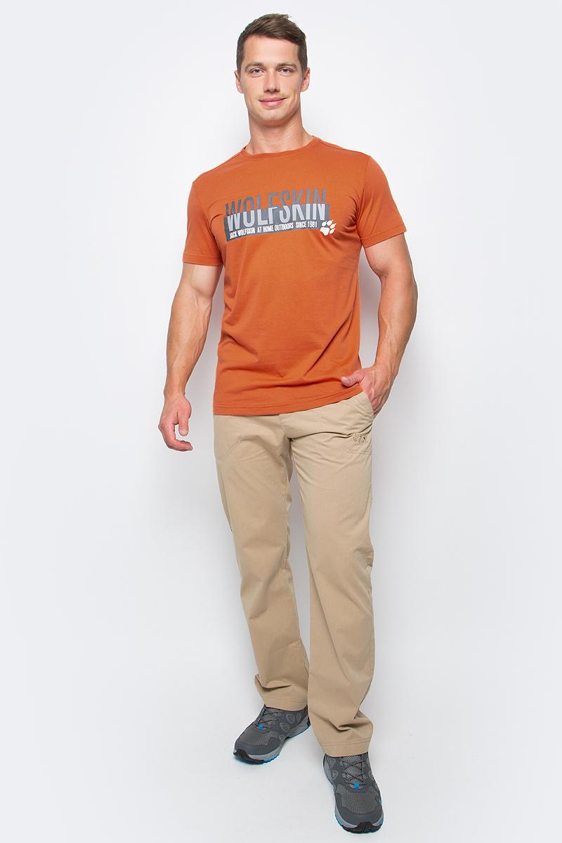 Футболка мужская Jack Wolfskin Slogan T M, цвет: оранжевый. 1805641-3727. Размер L (48/50)1805641-3727Футболка мужская Slogan T M изготовлена из полиэстера и органического хлопка. Ткань быстро сохнет, приятная на ощупь и очень прочная. Модель имеет круглый вырез горловины и короткие стандартные рукава. Футболка дополнена логотипом бренда и надписями на груди.