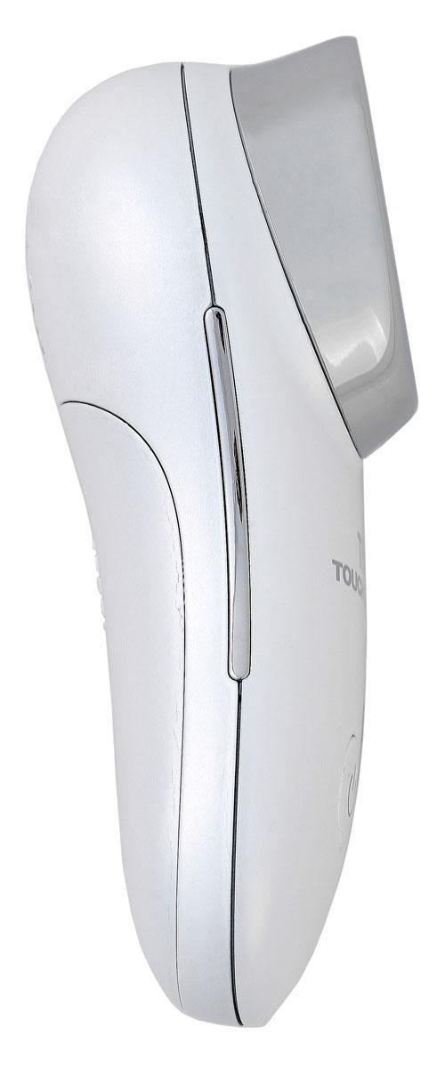 Touchbeauty Прибор для омоложения кожи TB-1681TB-1681Прибор для омоложения кожи (крем-бустер). Аппарат для проведения ионофореза в домашних условиях. Эта процедура основана на воздействии на кожу лица или всего тела своеобразного комплекса – электрический ток плюс ультразвуковая вибрация совместно с лекарственными или косметическими препаратами. Ток низкой силы и напряжения воздействует на клеточную мембрану, изменяя ее свойства. Под его влиянием повышается проницаемость кожных покровов, активизируется основной обмен и запускаются процессы регенерации. Положительно заряженные ионы отмерших клеток, излишек кожного сала и частичек грязи (режим очищения) выходят наружу для удаления. Положительно заряженный датчик используют для сужения пор, снятия красноты после различных косметических процедур, отека и очагов воспаления. Отрицательно заряженные ионы (режим увлажнения) проникают внутрь кожи для ее гидратации, а также для введения косметических и лекарственных средств. Ионы, проникая в кожные слои, служат как бы проводниками для активных компонентов косметических средств. Таким образом, в дерме кожи образуется депо веществ, которые постепенно проникают во все клетки и улучшают их работу. Для применения прибора в режиме увлажнения нанесите очищающий гель или лосьон для лица. Процедура ионофореза с помощью крем-бустера проводится для достижения следующих результатов: уменьшить крупные и мелкие морщины в области верхнего и нижнего века, вокруг губ и на шее, добиться дополнительной гидратации тканей и очистить кожные покровы от токсинов и свободных радикалов. Благодаря активизации кровотока и улучшению лимфотока можно избавиться от мешков под глазами. Сделайте кожу упругой, гладкой, верните ей хороший тонус и приятный цвет! С помощью этого прибора в ткани доставляется максимум полезных питательных веществ, что особенно актуально в зимний период, а также максимально уменьшить выраженность небольших рубцов или шрамов. Прибор снабжен таймером. Автоматическое отключение через 5