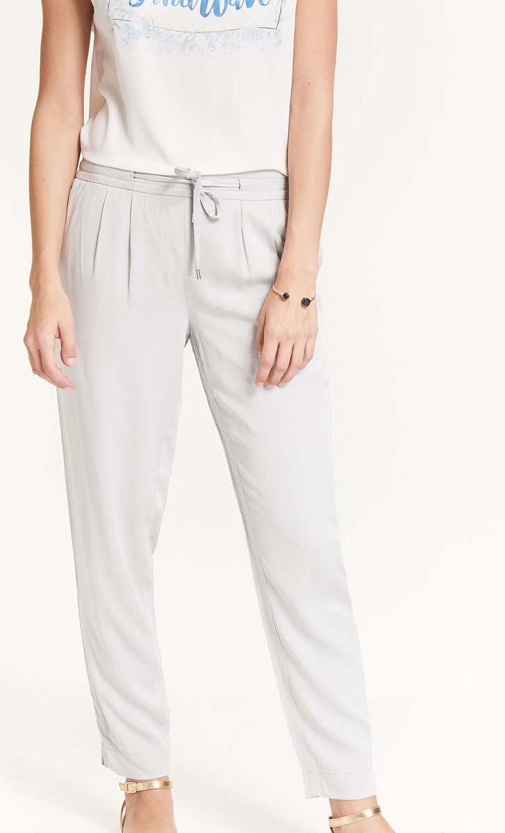 Брюки женские Top Secret, цвет: серый. SSP2576GB. Размер 38 (46)SSP2576GBСтильные зауженные брюки Top Secret со средней посадкой - идеальный вариант на каждый день. Модель изготовлена из вискозы и дополнена в поясе утягивающим шнурком. Спереди по бокам имеются прорезные карманы.Модные и комфортные брюки послужат отличным дополнением к вашему гардеробу, в них вы всегда будете чувствовать себя уютно и комфортно.