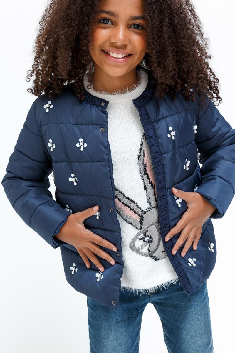 Куртка для девочки Overmoon Tolly, цвет: темно-синий. 21210130012_600. Размер 14621210130012_600Стильная куртка для девочки Overmoon выполнена из 100% полиэстера. Модель имеет длинные рукава и круглый вырез горловины, застегивается на кнопки. Планка и горловина отделаны оборками. Куртка украшена пришивными камнями в форме цветочков.