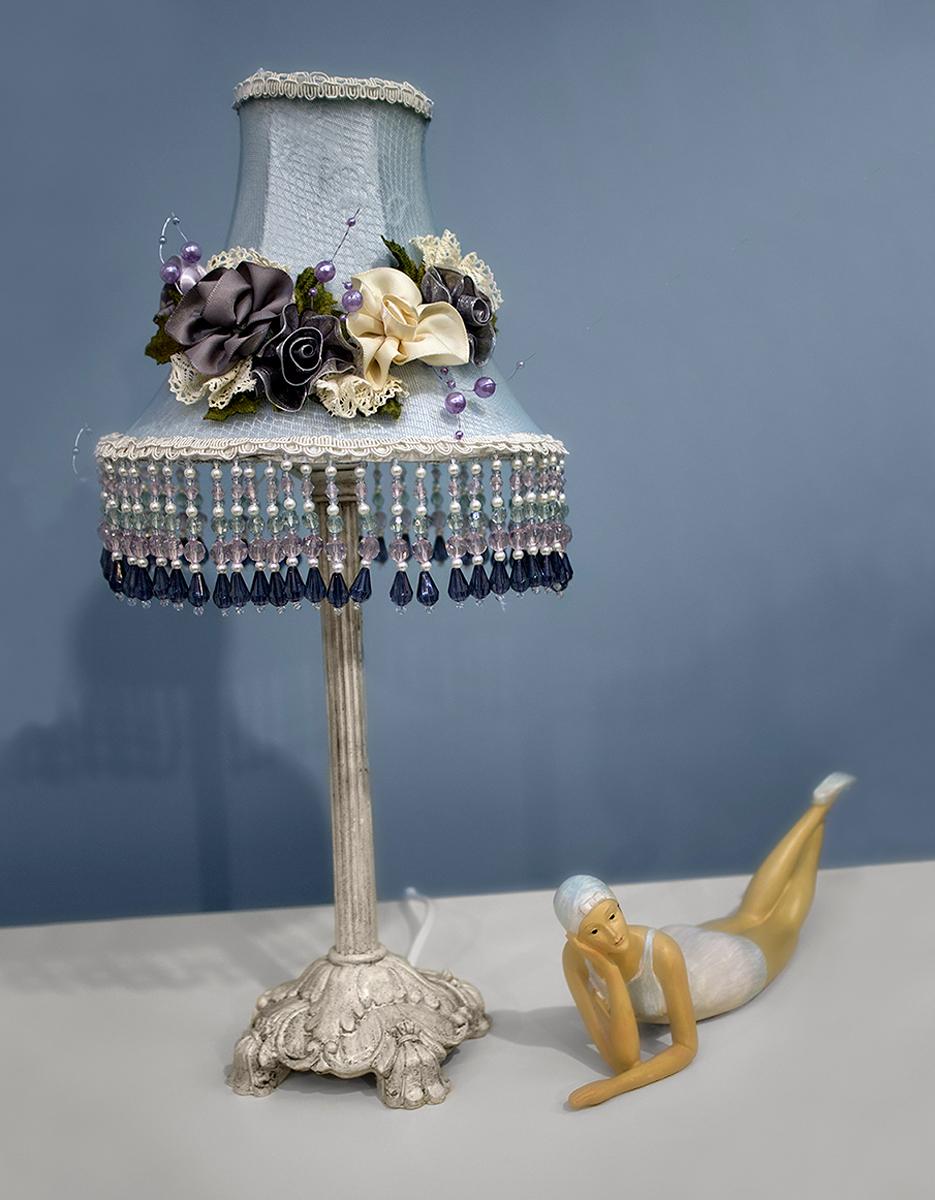Лампа настольная ESTRO, 1 х E14, 40W. LA-168382LA-168382Лампа настольная ручной работы Estro станет украшением вашей комнаты и оригинально дополнит интерьер. Такой светильник отлично подойдет для освещения кабинета, спальни или гостиной. Лампа выполнена из бежевого металла. Абажур лампы изготовлен из полиэстера и дополнен текстильным украшением.К светильнику предусмотрен цоколь Е14 для лампы мощностью 40 Вт.Высота лампы: 40 см.