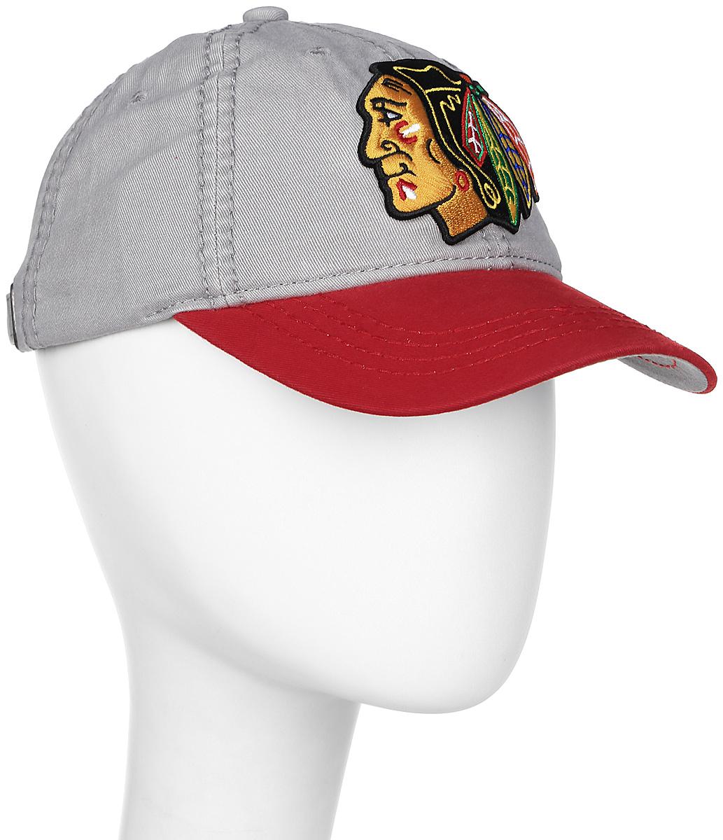 Бейсболка NHL Chicago Blackhawks, цвет: серый, красный. 2906. Размер L/XL (55-58)2906Практичная и удобная бейсболка NHL, выполненная из высококачественного хлопка, идеально подойдет для активного отдыха и обеспечит надежную защиту головы от солнца. Бейсболка дополнена широким твердым козырьком и оформлена вышивкой в виде эмблемы профессионального хоккейного клуба Chicago Blackhawks. Кепка имеет перфорацию, обеспечивающую необходимую вентиляцию. Изделие снабжено металлическим фиксатором с гравировкой логотипа. Такая бейсболка станет отличным аксессуаром для занятий спортом или дополнит ваш повседневный образ.