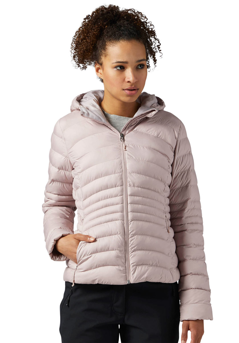 Куртка женская Reebok Od Bomber Dwnlk Jck, цвет: розовый. BR0509. Размер XL (52/54)BR0509Женская куртка Reebok выполнена из водонепроницаемой и дышащей ткани - высококачественного полиэстера. В качестве наполнителя используется 100% полиэстер. Модель с капюшоном оснащена двумя прорезными карманами на застежках-молниях. Объем капюшона регулируется при помощи шнурка со стопперами.