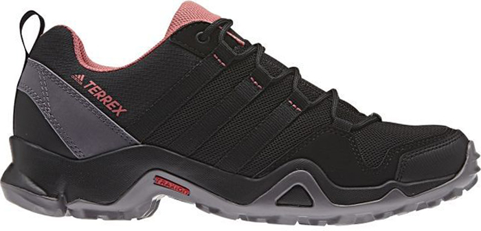 Кроссовки трекинговые женские Adidas Terrex Ax2r W, цвет: черный, серый. BB4622. Размер 7,5 (40)BB4622Женские универсальные кроссовки Terrex Ax2r W от Adidas созданы для активного отдыха. Эти низкие кроссовки изготовлены с использованием меньшего количества материалов для большей легкости. Верх из дышащей ткани быстро сохнет. Мягкая промежуточная подошва из ЭВА для оптимальной амортизации. Легкий верх из функциональной сетки и текстиля для дополнительной прочности. Литая стелька для более удобной посадки. Легкая упругая промежуточная подошва из ЭВА сохраняет свои свойства в течение длительного времени. Удобная текстильная подкладка обеспечивает ногам комфорт. Резиновая подошва TRAXION с глубоким протектором обеспечивает отличное сцепление с каменистой поверхностью.