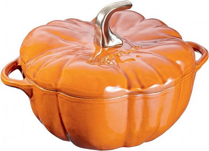 Кокот Staub Тыква, 3,45 л11124806Кокот Staub Тыква, выполненный в форме тыквы, изготовлен из чугуна, покрытого эмалью снаружи и внутри. Кокот отлично подойдет для приготовления и подачи на стол разнообразных запеканок, жульенов, суфле, муссов, а также его можно использовать в качестве посуды для закусок, соусов или приправ.Изделие можно использовать в духовке и на всех видах плит.Уважаемые клиенты! Для сохранения свойств посуды из чугуна и предотвращения появления ржавчины чугунную посуду мойте только вручную, горячей или теплой водой, мягкой губкой или щёткой (не металлической) и обязательно вытирайте насухо. Для хранения смазывайте внутреннюю поверхность посуды растительным маслом, а перед следующим применением хорошо накалите посуду.