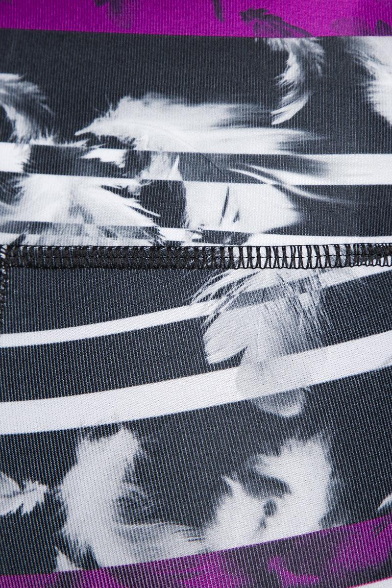 Укороченные тайтсы для фитнеса All Eyes On Me 3/4 Tight станут вашей любимой моделью не только потому, что они отлично приспособлены для занятий спортом и активного отдыха, но и благодаря интересной расцветке с функциональными деталями контрастного цвета и броским рисунком, нанесенным методом сублимационной печати на всю поверхность изделия. Брюки изготовлены с использованием высокофункциональной технологии dryCELL, которая отводит влагу, поддерживает тело сухим и гарантирует комфорт во время активных тренировок и занятий спортом. Дополнительные удобства создает широкий пояс на подкладке из эластичного сетчатого материала с утягивающим эффектом, обеспечивающий отличную посадку, и удобный карман для смартфона и других вещей, чтобы вы не беспокоились об их сохранности.