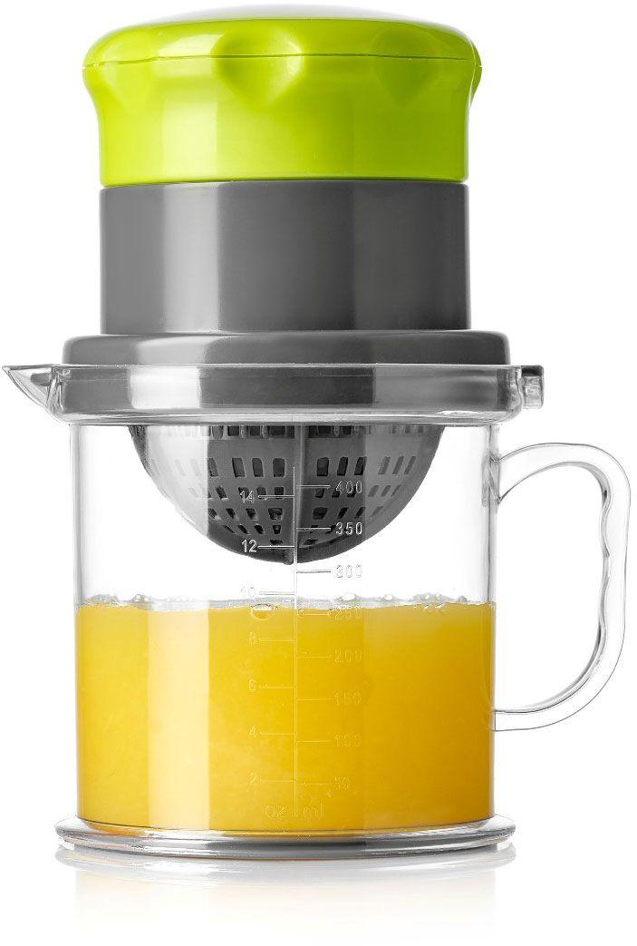 """Соковыжималка для цитрусовых и ягод Walmer """"Vegan"""" изготовлена из высокопрочного легкого пластика. Изделие способно выжимать сок не только из цитрусовых, но и из ягод, благодаря наличию пресса. Специальная насадка-сито фильтрует мякоть и препятствует попаданию косточек в напиток. Также имеется емкость для сбора сока с носиком и удобной ручкой. Выжмите сок, отсоедините пресс от кувшинчика и подавайте напиток к столу."""