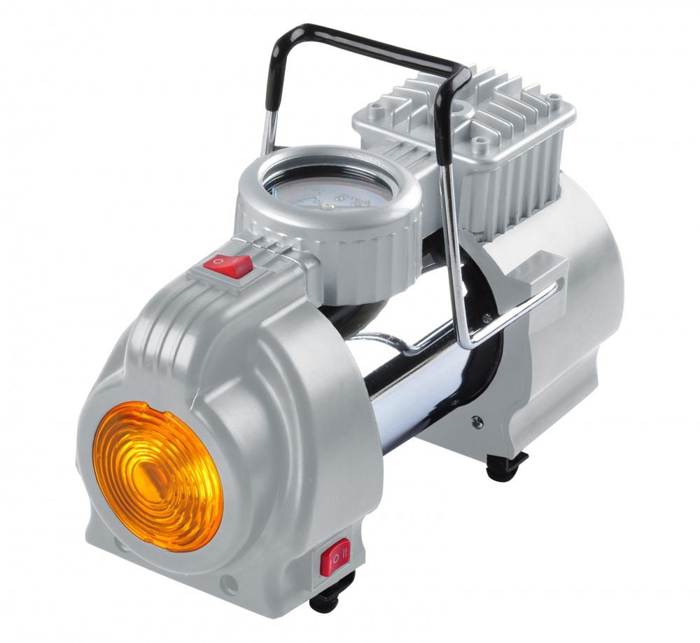 Компрессор автомобильный Ставр КА-12/7ФМст12-7фмкаАвтомобильный компрессор Ставр КА-12/7ФМ предназначен для накачивания автомобильных, мотоциклетных,велосипедных шин, мячей и прочего. Компрессор работает от напряжения 12 В. Встроенный фонарь помогаетпроизводить работы в темное время суток. На верхней части корпуса расположен манометр, позволяющийконтролировать работу компрессора. Аппарат комплектуется сумкой для удобства при транспортировке ихранении.