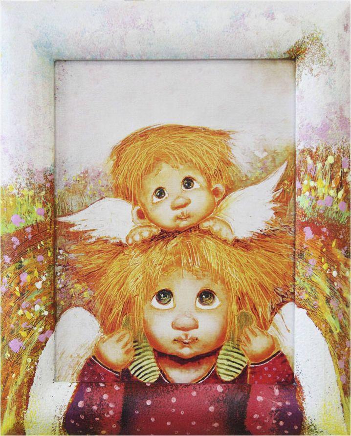"""Жикле размером 18 х 24 см в деревянном расписном багете """"Ангелы семейной любви"""". Авторское жикле в расписанной вручную раме. Современный мир насчитывает огромное количество изображений искусства, каждое из которых создается по своей технике. Например, жикле – это художественная печать на холсте и бумаге. Это современный вид искусства, который включает в себя использование разнообразных принтеров для репродукции картин в самом высочайшем качестве. К преимуществам использования данного вида искусства относят следующие показатели – долговечность полученного изображения, высочайшее качество отображения. Жикле – это французское слово, которое как раз и означает """"распыление"""", чтобы создать высококачественный """"шедевр"""", необходимо задействовать специальные принтеры. А в качестве материалов, которые необходимы для печати, используют специализированные холсты на основе хлопка или льна, помимо этого задействуются следующие материалы – высококачественные составы красок, акварельная бумага и другие характерные для этого вида искусства специализированные материалы. Безусловно, сейчас существует большое количество других способов цветопередачи, однако именно жикле обеспечивает максимальное качество, долговечность."""