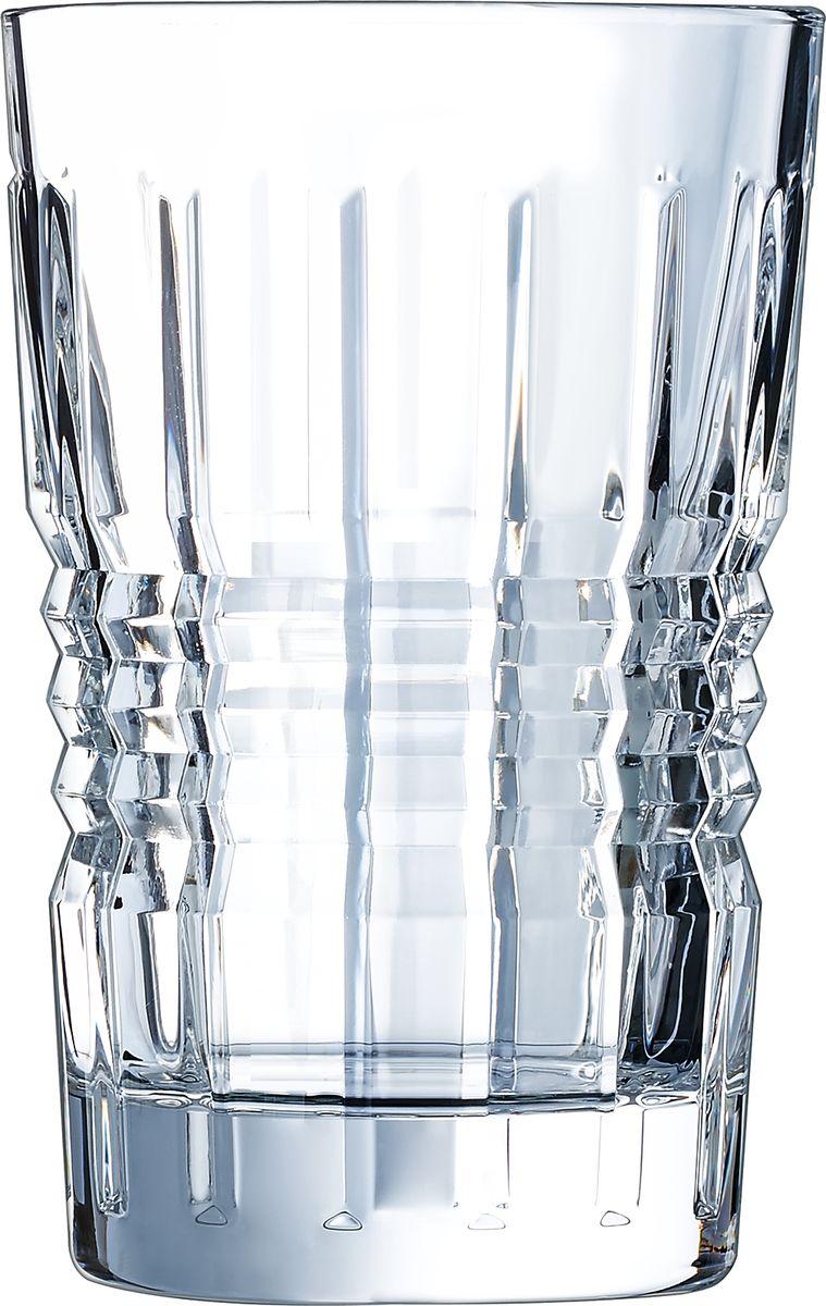 """Коллекция """"Rendez-Vous"""" черпает возвышенный блеск в глубине огранки, обилии переливающихся вертикальных граней и динамичной орнаментальной драпировке бокалов. Захватывающие грани, придающие свету осязаемую форму, отличаются сдержанностью симметричных и выступающих линий, напоминая огранку алмаза в драгоценном браслете. Обтекаемые линии в эстетике 1930-х повторяют форму и текучесть капли воды. Это была эпоха согласия между красотой и пользой, вдохновленная жестом и движением. Произведения из хрусталя, возникшие из союза воды, огня и воздуха, символизируют смелость и современность той эпохи."""