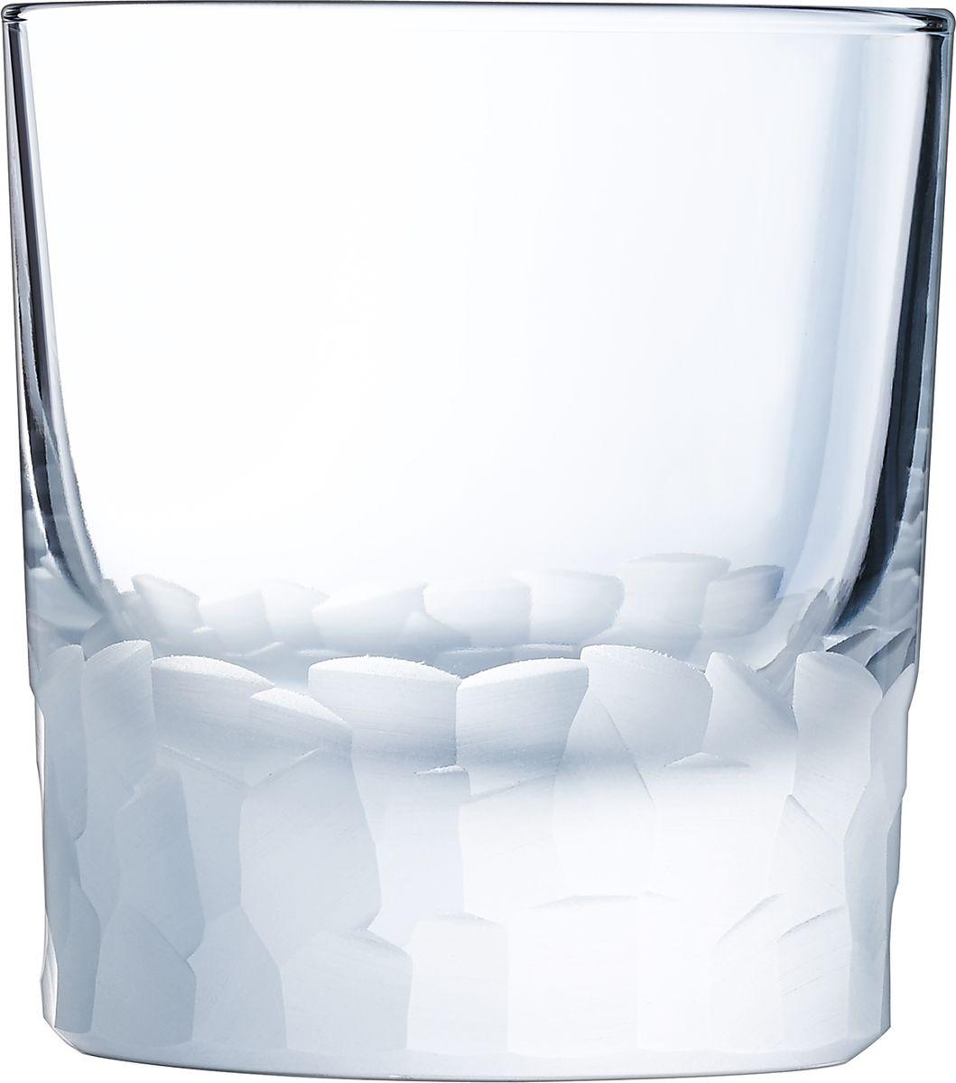 Набор стаканов Cristal dArques Intuition, 320 мл, 6 шт. L6640L6640Множество ограненных, четких, структурированных поверхностей пересекается случайным образом, образуя плотный лабиринт. Кубизм на столе. Коллекция Intuition — это проникновенное сверкающее хрусталем посвящение кубизму. Основания стаканов и стенки бокалов покрыты фрагментированными гранями, напоминающими манеру художников-кубистов. Основные геометрические формы непрерывно раскладываются и составляются вновь. Ограненные, четкие, структурированные поверхности пересекаются случайным образом. Геометрические объемы освобождаются, создавая густой лабиринт. Текстурированные и матовые поверхности контрастируют с блеском гладкого стекла, создавая переменчивый декор, в котором чередуются плоские и рельефные элементы.