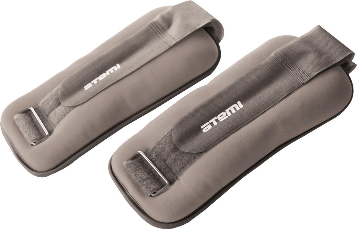 Утяжелители для рук и ног неопреновые ATEMI, цвет в ассортименте, 2x2 кгAAW-01-4Универсальные утяжелители ATEMI, изготовленные из мягкого неопрена, идеальны в использовании при беге трусцой, занятиях аэробикой, оздоровительной гимнастикой и фитнесом. Утяжелители удобны и практичны, легко фиксируются на руке или ноге с помощью крепежного ремня на липучке. Комплект состоит из двух утяжелителей.Характеристики: Вес 1 утяжелителя: 2 кг. Длина утяжелителя (без учета липучки): 28 см. Ширина утяжелителя: 11 см. Материал: полиэстер, неопрен, металл. Размер упаковки: 27 см х 15 см х 8 см. Артикул: AAW-01-4. Изготовитель: Китай.УВАЖАЕМЫЕ КЛИЕНТЫ! Обращаем ваше внимание на ассортимент в цветовом дизайне товара. Поставка осуществляется в зависимости от наличия на складе.