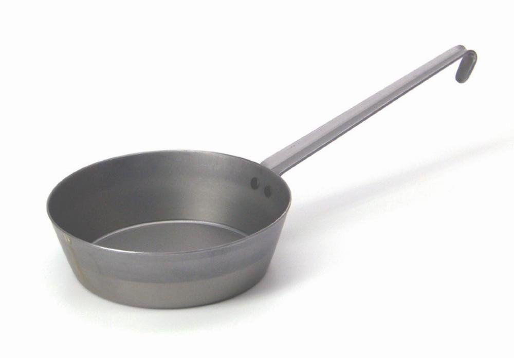 Сковорода Riess Eisenpfanne Tirol. Диаметр 16 см0626-023Торговая марка «Riess» представляет собой эксклюзивную коллекцию стальной посуды, покрытую двумя слоями стекловидной эмали. Производится в Австрии с 1550 года с применением новейших технологий. Высочайшее качество и уникальный дизайн широко известны и высоко оценены покупателями эмалированной посуды во всем мире. Разнообразные расцветки с уникальным декором являются вдохновением к приготовлению пищи и воплощают в жизнь все последние тенденции в декорации кухни и столовой. Благодаря высокой устойчивости к ультрафиолетовому излучению, вы очень долго будете наслаждаться нежными расцветками и блеском эмалированной посуды «Riess». В жаровнях и сковородках можно варить, жарить, тушить. Подходит для всех видов плит, включая индукционную. Также можно использовать в духовке. Легко очищаются: достаточно ненадолго замочить в воде и протереть губкой для мытья посуды с моющим средством.Можно использовать моющие средства и мыть в посудомоечной машине. При уходе за изделием запрещается использовать абразивные материалы. Срок годности не ограничен.