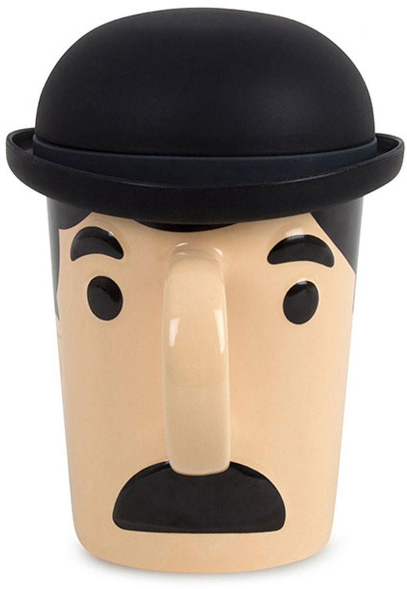 Кружка Balvi Charles, с крышкой, цвет: черный25759Необычная кружка Balvi Charles для заварки чая послужит отличным помощником. Возьмите ее с собой на работу и ваше настроение будет на высоте весь день. Все благодаря веселому дизайну кружки, которая выполнена в виде усатого джентльмена Чарльза, чья шляпа служит крышкой для кружки. Если вы хотите заварить чай, то просто наденьте шляпу на голову Чарльза и он все сделает за вас. Основа чашки выполнена из прочной и толстой керамики, а крышка изготовлена из силикона. После заварки чая крышку можно использовать как небольшую тарелочку для использованного чайного пакетика или в качестве тарелки для печенья.- Веселый дизайн кружки в виде джентльмена в шляпе.- Кружка изготовлена из керамики, а крышечка - из качественного силикона.- Благодаря крышке чай можно заваривать прямо внутри кружки.- Силиконовую крышку можно использовать в качестве небольшой тарелки.