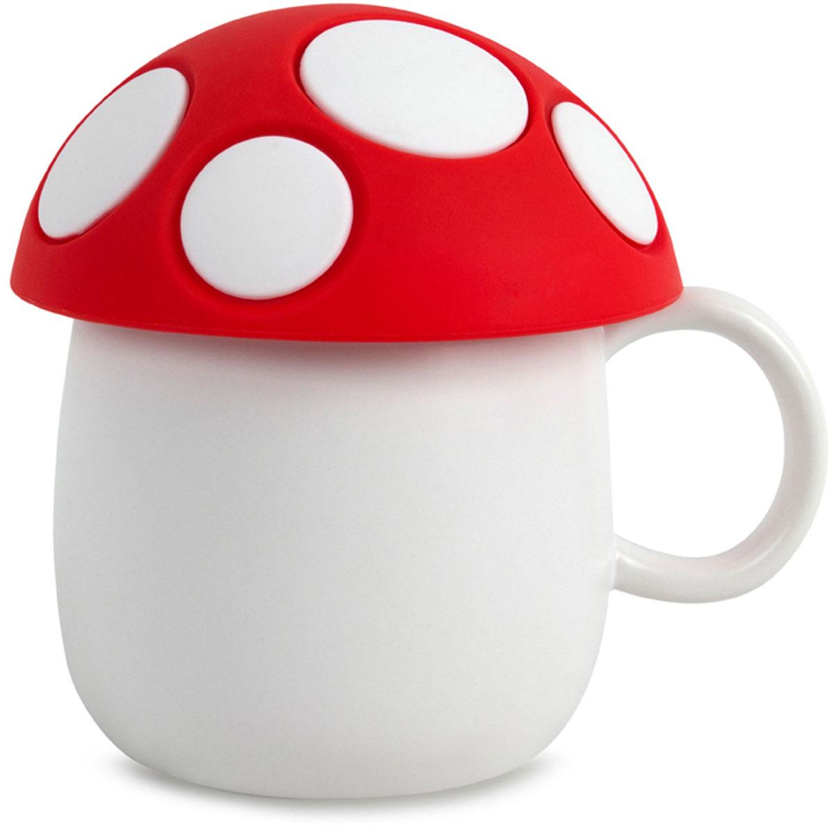 """Кружка с силиконовой крышкой """"Fungo"""" подойдет для любителей свежезаваренного чая. Можно засыпать заварку прямо в нее, накрыть крышкой  и через 5-10 минут вас будет ждать вкусный ароматный чай. Если вам больше нравится чай в пакетиках, то крышку можно использовать в  качестве подставки для использованного пакета с чаем. Многие дети любят на завтрак яйца всмятку - они могут использовать крышку как  пашотницу (подставку для яиц). Внешне кружка напоминает мухомор, так что она будет радовать глаз и детям, и взрослым, а утро с ней  перестанет быть скучным и унылым. - Изготовлена из качественной керамики. - Оригинальный дизайн в виде гриба мухомора. - Объем кружки 400 мл. - Крышку можно использовать в качестве небольшого блюдца или подставки для яиц. - Подойдет для любой возрастной категории."""