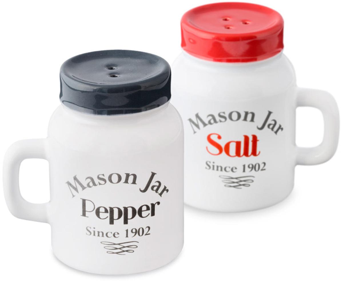 Набор для специй Balvi Mason Jar, цвет: белый, 2 предмета26213Набор для специй Balvi состоит из солонки и перечницы, которые выглядят как небольшие кружечки с ручками и крышками. На дне у них пластиковаяпробка, через которую удобно засыпать специи. Завершите сервировку праздничного стола этим набором, и гости наверняка оценят ваш вкус иоригинальность. Этот набор выполнен из белой керамики с черным и красным принтами - эти три цвета привлекают визуальное внимание иподходят к любому дизайну помещения. - Удобная пластиковая пробка для засыпания специй. - Привлекательный внешний вид. - Подойдут как на праздничный стол, так и на повседневный.