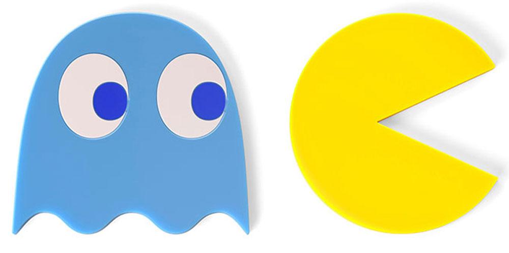 Подставка под горячее Balvi Pac-Man, магнитная, цвет: синий, желтый, 2 шт26500Поколению 80-90х годов и поклонникам игры Pac-Man посвящается магнитная подставка под горячее Pac-Man. В комплект входят 2 подставки: одна выполнена в форме самого Пакмана, а другая - в виде милого голубого приведения с глазками, за которым и охотится Пакман. Эти подставки имеют внутри магниты, поэтому их можно легко прилепить на дно любой металлической посуды. Теперь чтобы поставить на стол горячую кастрюлю не надо сначала идти за подставкой, а потом за самим блюдом - с такими подставками это можно сделать одновременно. Чтобы подставки не занимали место в шкафу, их можно приклеить на холодильник до следующего использования.- В комплект входят 2 подставки. - Оснащены магнитами, с помощью которых легко крепятся к холодильнику. - Благодаря своему дизайну, они превратят приготовление еды в увлекательную игру.