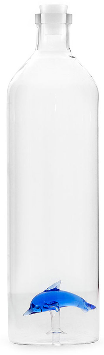 Бутылка для воды Balvi Dolphin, цвет: прозрачный, 1,2 л26545Чистая питьевая вода обязательно стоит на столе в любом доме. Если обычные графины кажутся слишком скучными, тогда подойдет оригинальная бутылка для воды Balvi Dolphin. Дизайнеры испанской компании смогли предложить новый стиль такой привычной вещи. Она оставляет незабываемое впечатление, потому что строгий стеклянный корпус классической бутылки дополняется небольшим голубым дельфином внутри. Бутылку также можно использовать для подачи домашних лимонадов. Только представьте реакцию гостей, когда они увидят очаровательного дельфинчика, плавающего среди кусочков льда, лимона и листьев мяты.