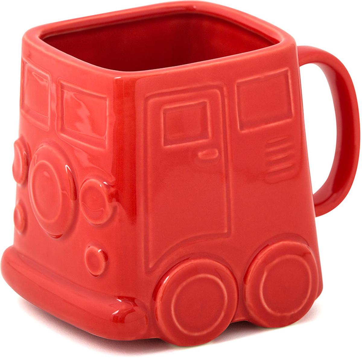 Кружка Balvi Van, цвет: красный, 400 мл26641Оригинальная кружка Van отлично подойдет всем любителям стильных аксессуаров для своей кухни. Кружка красного цвета выполнена в необычной прямоугольной форме и оформлена в виде забавного хиппи-фургона на колесах. Коллекционеры и просто любители необычных кружек обязательно оценят данную модель от испанских дизайнеров. Керамический материал обеспечивает необходимую прочность, и способствует тому, чтобы напиток не обжигал, но при этом долго сохранял тепло.- Оригинальный дизайн хиппи-фургончика 60-х годов XX века.- Детализированная проработка внешнего вида.- Яркий насыщенный цвет.- Отличный подарок коллекционерам и просто любителям стильных вещей.- Объем: 400 мл.