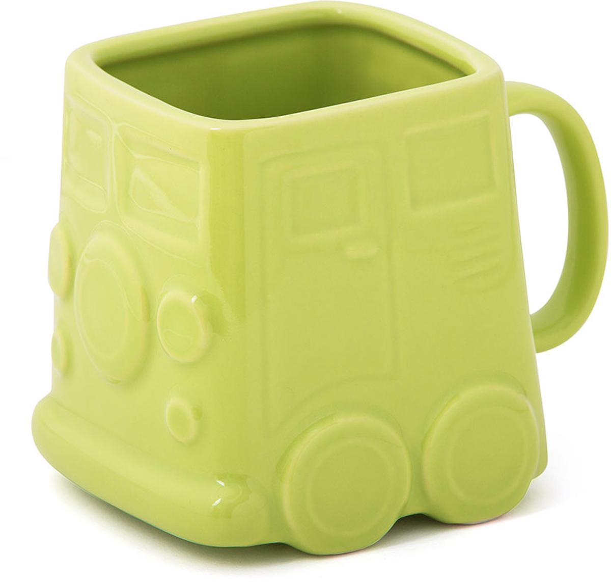 Кружка Balvi Van, цвет: зеленый, 400 мл26643Оригинальная кружка Van отлично подойдет всем любителям стильных аксессуаров для своей кухни. Кружка зеленого цвета выполнена в необычной прямоугольной форме и оформлена в виде забавного хиппи-фургона на колесах. Коллекционеры и просто любители необычных кружек обязательно оценят данную модель от испанских дизайнеров. Керамический материал обеспечивает необходимую прочность, и способствует тому, чтобы напиток не обжигал, но при этом долго сохранял тепло.- Оригинальный дизайн хиппи-фургончика 60-х годов XX века.- Детализированная проработка внешнего вида.- Яркий насыщенный цвет.- Отличный подарок коллекционерам и просто любителям стильных вещей.- Объем: 400 мл.