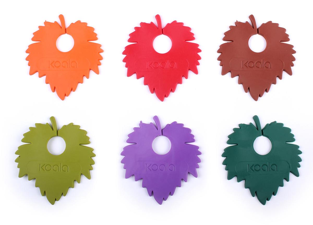 """Готовый набор маркеров """"Wine Leaf"""" для бокалов - 6 насадок из гибкого силикона в форме цветных листьев. Аксессуары помогают идентифицировать бокалы, помечая их листками определенного цвета. Их удобно использовать на дегустациях, вечеринках, торжественных мероприятиях. Маркеры """"Wine Leaf"""" от испанского бренда Koala дополнят любой праздничный или дегустационный стол. В набор входят 6 разноцветных маркеров: красный, фиолетовый, оранжевый, коричневый, зеленый, бирюзовый.   Инструкция по применению: 1. Извлеките маркер из упаковки. 2. Зафиксируйте его на ножке бокала.    Силиконовые насадки подходят для всех бокалов с ножками: винных, для шампанского, коньяка и других."""