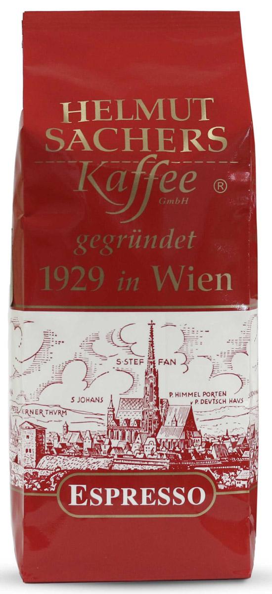Helmut Sachers кофе эспрессо в зернах, 250 гCHLMSC-000001Кофе Helmut Sachers (Гельмут Захерс) в зернах Espresso не разочарует ни одного ценителя. Богатый и очень интересный вкус этого деликатеса наполнен оттенками орехов, меда и шоколада, а оригинальный аромат содержит пикантную кислинку и ярко выраженные ноты какао. Гельмут Захерс в зернах Эспрессо чаще всего приобретают гурманы, которые предпочитают принимать максимальное участии в создании ароматного бодрящего напитка.Для приготовления зернового кофе потребуется смолоть зерна и сварить бодрящий напиток, а также добавить по вкусу сахар, молоко или сироп. Если вы хотите почувствовать себя настоящим бариста, то Helmut Sachers в зернах Espresso — это то, что вам нужно. Можете быть уверены в том, что результаты кулинарного эксперимента приведут вас в восторг, так что вы еще не раз побалуете себя насыщенным и приятным во всех отношениях напитком от марки Helmut Sachers. Helmut Sachers в зернах Espresso — это идеальный бодрящий продукт, начиная от собственно кофейных плодов и заканчивая упаковкой.Стоит сказать, что фольгированные пакеты, в которых зерна поступают в продажу, не только обладают стильным и презентабельным внешним видом, но и отличными защитными свойствами: они оберегают кофе от пыли и влажности, а также сохраняют его вкус неизменным на долгое время.