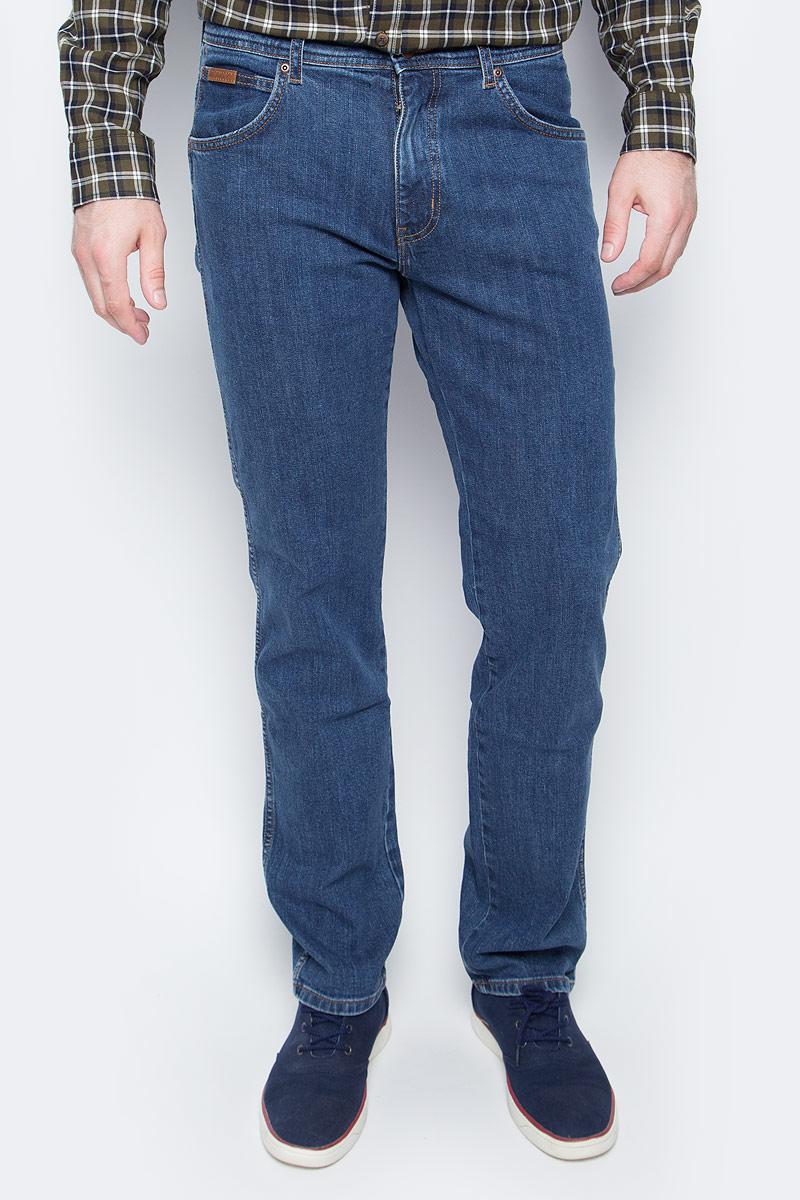 Джинсы мужские Wrangler, цвет: синий. W12OXG77O. Размер 31-32 (46/48-32)W12OXG77OКлассические мужские джинсы изготовлены на основе хлопка. Джинсы застегиваются на пуговицу в поясе и ширинку на застежке-молнии, дополнены шлевками для ремня. Спереди модель дополнена двумя втачными карманами, одним маленьким накладным, а сзади - двумя накладными карманами.