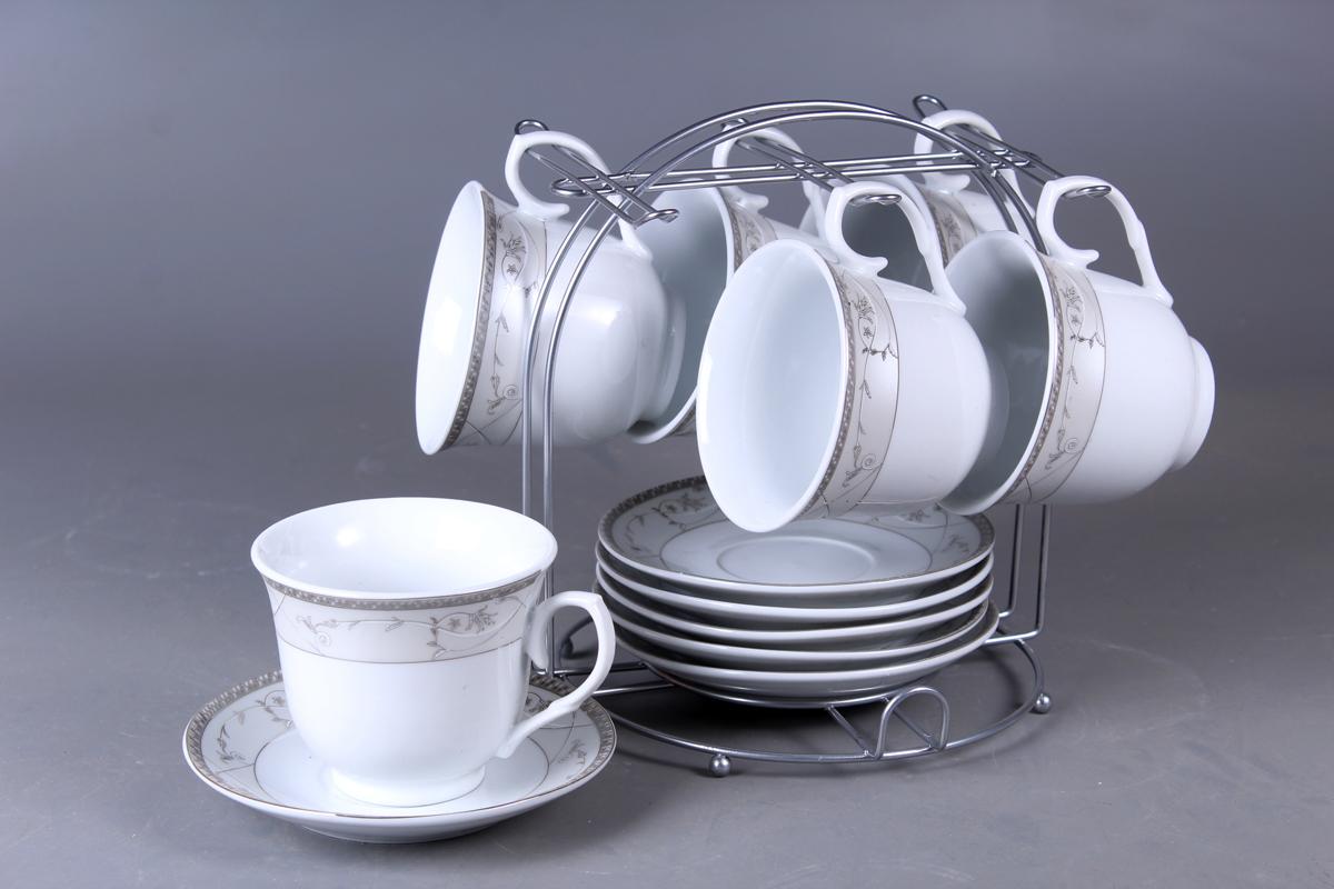 Набор чайный Olaff, на подставке, 13 предметовJDFS-12MS-001Набор Olaff состоит из шести чашек и шести блюдец, изготовленных из высококачественного фарфора. Изделия оформлены стильным рисунком. Изделия расположены на металлической подставке. Такой набор подходит для подачи чая или кофе.Изящный дизайн придется по вкусу и ценителям классики, и тем, кто предпочитает утонченность и изысканность. Он настроит на позитивный лад и подарит хорошее настроение с самого утра. Чайный набор Olaff - идеальный и необходимый подарок для вашего дома и для ваших друзей в праздники.