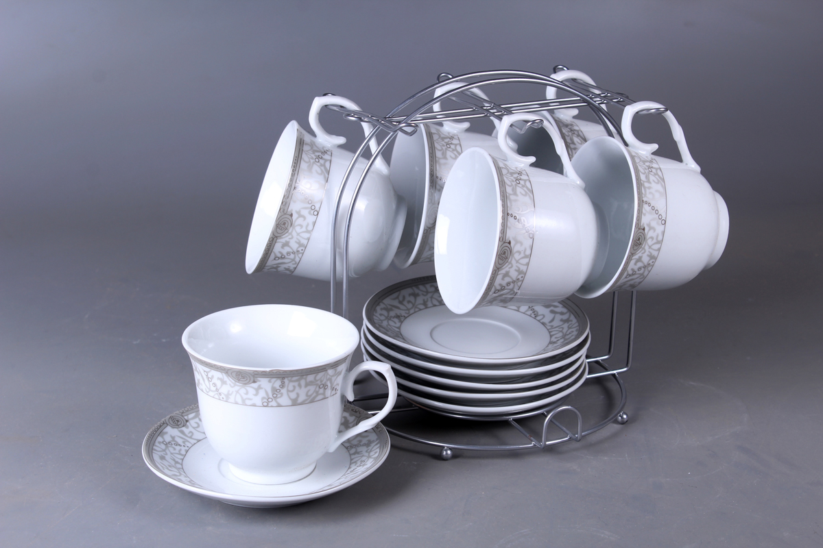 Набор чайный Olaff, на подставке, 13 предметов. JDFS-12MS-006JDFS-12MS-006Набор Olaff состоит из шести чашек и шести блюдец, изготовленных из высококачественного фарфора. Изделия расположены на металлической подставке. Набор оформлен стильным рисунком, декорирован серебром. Такой набор подходит для подачи чая.Изящный дизайн придется по вкусу и ценителям классики, и тем, кто предпочитает утонченность и изысканность. Он настроит на позитивный лад и подарит хорошее настроение с самого утра. Чайный набор Olaff - идеальный и необходимый подарок для вашего дома и для ваших друзей в праздники.