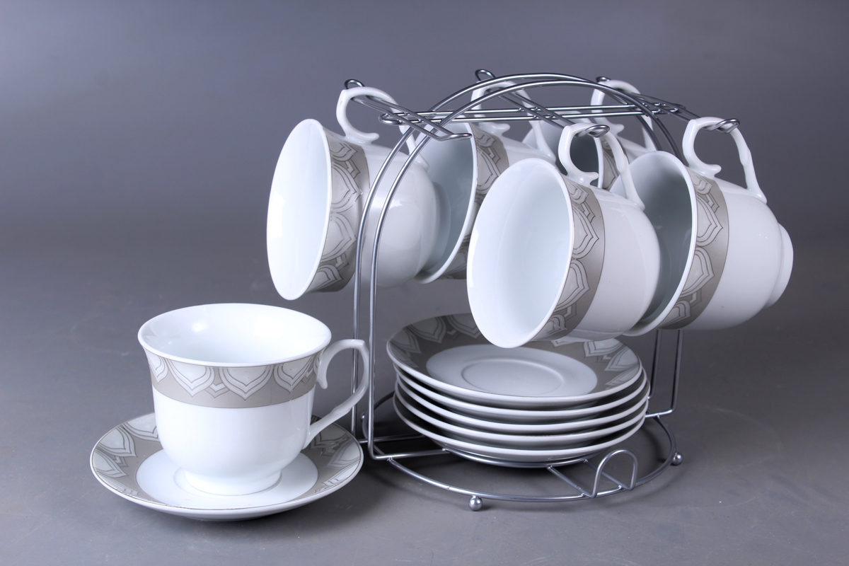Набор чайный Olaff, на подставке, 13 предметов. JDFS-12MS-007JDFS-12MS-007Набор Olaff состоит из шести чашек и шестиблюдец, изготовленных из высококачественного фарфора. Изделия расположены наметаллической подставке. Набор оформлен стильным рисунком, декорирован серебром.Такой набор подходит для подачи чая.Изящный дизайн придется по вкусу и ценителямклассики, и тем, кто предпочитает утонченность иизысканность. Он настроит на позитивный лад иподарит хорошее настроение с самого утра. Чайныйнабор Olaff - идеальный и необходимый подарокдля вашего дома и для ваших друзей в праздники.