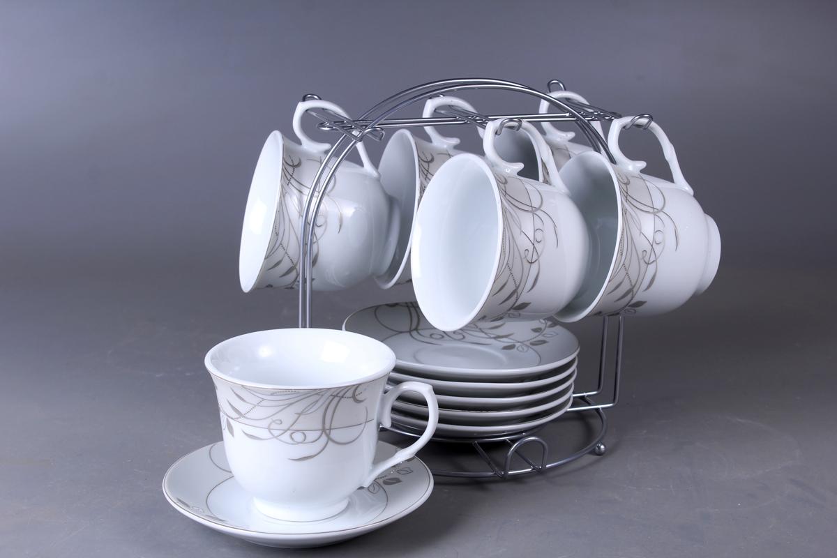 Набор чайный Olaff, на подставке, 13 предметов. JDFS-12MS-008JDFS-12MS-008Набор Olaff состоит из шести чашек и шести блюдец, изготовленных из высококачественного фарфора. Изделия расположены на металлической подставке. Набор оформлен стильным рисунком, декорирован серебром. Такой набор подходит для подачи чая.Изящный дизайн придется по вкусу и ценителям классики, и тем, кто предпочитает утонченность и изысканность. Он настроит на позитивный лад и подарит хорошее настроение с самого утра. Чайный набор Olaff - идеальный и необходимый подарок для вашего дома и для ваших друзей в праздники.